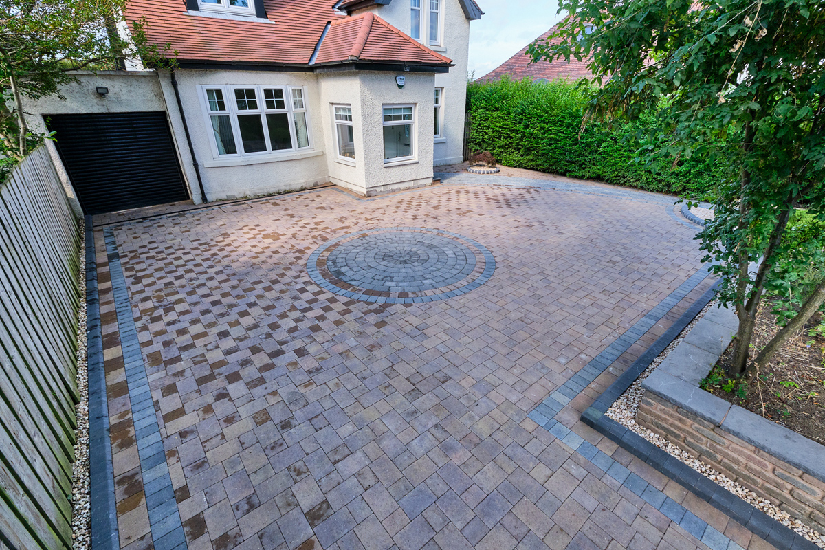 Driveway with circle feature and step designed and installed by Stow Construction & Landscaping, Marshalls Drivesett Savannah Autumn, Tegula Drivesett Pennant Grey, KS kerbs Charcoal, decorative gravel, landscaping, paving, monoblocking, block paving, designer, installer Craiglockhart Edinburgh