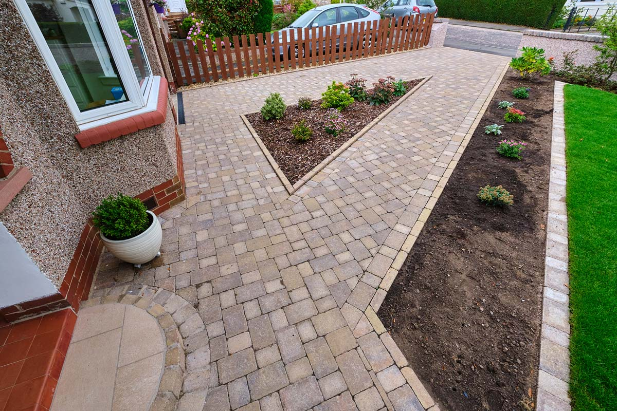 Driveway, paths, steps, landscaping, turfing, gates, decorative edge detail, bark and kerbs by Stow Construction and Landscaping in Craiglockhart, Edinburgh